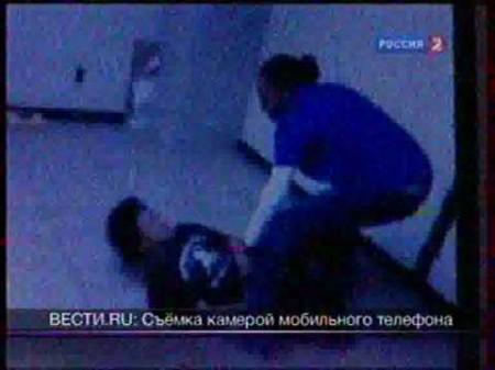 Учительница избивает ученика ногами! училка избевает смотреть видео
