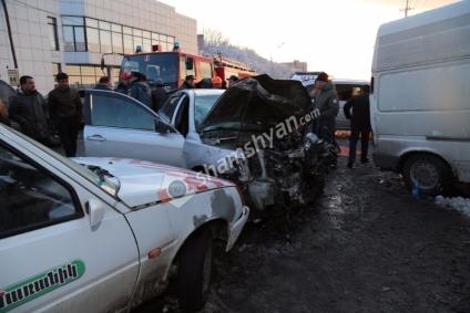 Խոշոր ու շղթայական ավտովթար Երևանում. բախվել են Ford Transit, Mercedes ML, ИЖ, Toyota Camry, Subaru Impreza ավտոմեքենաները. կա 7 վիրավոր. ականատեսները նշում էին, որ վթարի պատճառը եղել է մերկասառույցը...