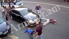 Բացառիկ տեսանյութ. ինչպես են Մաշտոցի պողոտայում դանակահարում ԱԺ պատգամավորի օգնականին