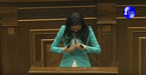 Արփինե Հովհաննիսյանի կոճակն ԱԺ ամբիոնի մոտ արձակվեց...video
