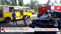 «Կասկադյորական» վթար Երևանում. BMW-ն «փաթաթվել է» հաստաբուն ծառին